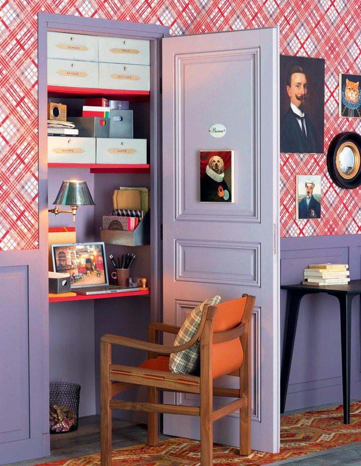 un bureau amenage dans un placard