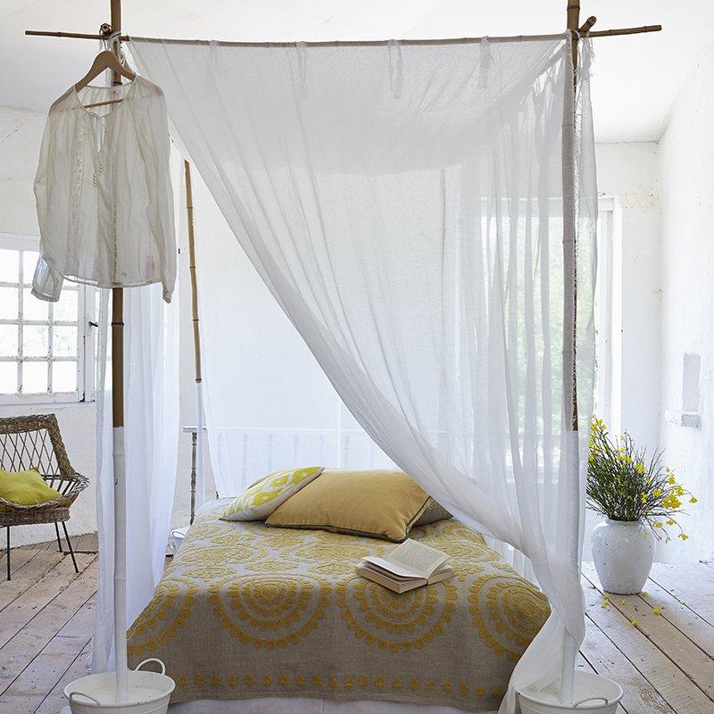 un lit a baldaquin en bambou marie claire