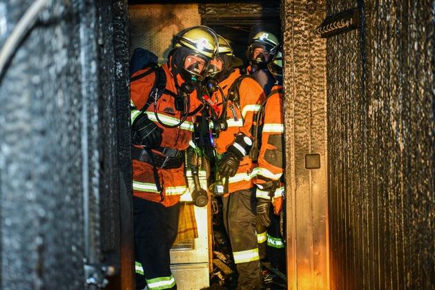 KFV-CW: Untergeschoß in Mehrfamilienhaus steht in Flammen