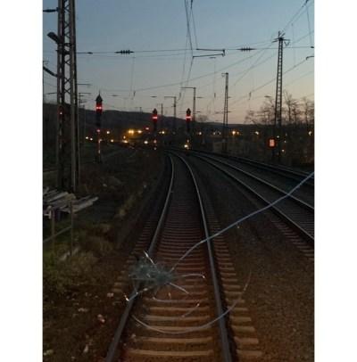 BPOL NRW: Unbekannte werfen Pflastersteine von Bahnbrücke - Frontscheibe vom RRX zerstört - Bundespolizei bittet um Hinweise!