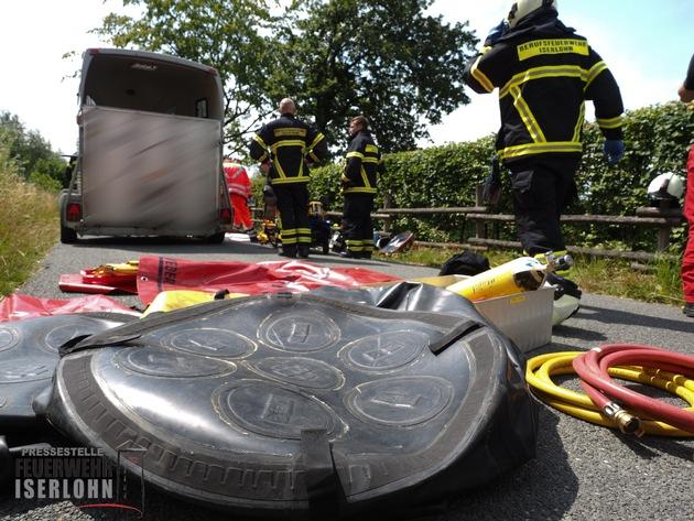 FW-MK: Verkehrsunfall - Person eingeklemmt unter Pferdegespann