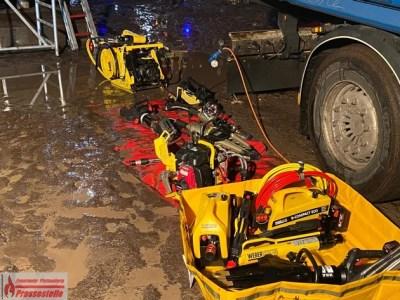 FW-PL: Baumstamm durchspießt bei Holzverladearbeiten das Fahrerhaus eines Baggers. Fahrzeugführer eingeklemmt.