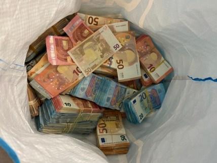 BPOL NRW: Fahndungserfolg der Bundespolizei; 48-jähriger Libanese mit 912.240,0 Euro auf der Autobahn A 3 unterwegs