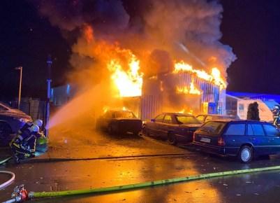 FW-BO: Brand einer Kfz-Werkstatt in Bochum Werne