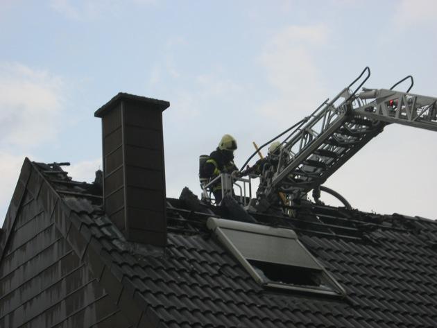 FW Dinslaken: Dachstuhlbrand in Dinslaken Bruch