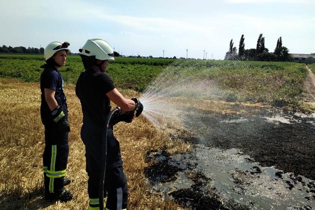 FW-KLE: Mähdrescher löst Feldbrand aus/ Feuerwehr bittet um Hilfe - Landwirte sollen Güllefässer mit Wasser bereitstellen