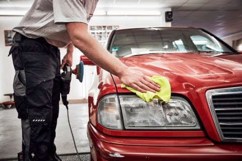 Teure Autoreparatur: So lässt sich sparen / ADAC: Vertragswerkstätten gezielt nach günstigen Ersatzteilen fragen / Smart Repair kann Teiletausch überflüssig machen