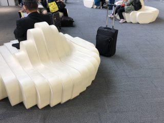 うどん県の空港のソファはうどんの柔らかさと強いコシまで再現している!?