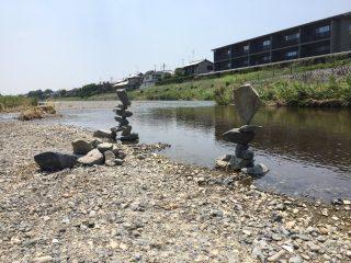 川のほとりに絶妙なバランスを保った石が積まれてた!思わず「先生怒らないから名乗り出なさい」と言いたくなる
