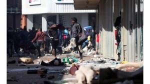 Броят на жертвите в Южна Африка нараства до 337, Джейкъб Зума е освободен от погребалния затвор за един ден
