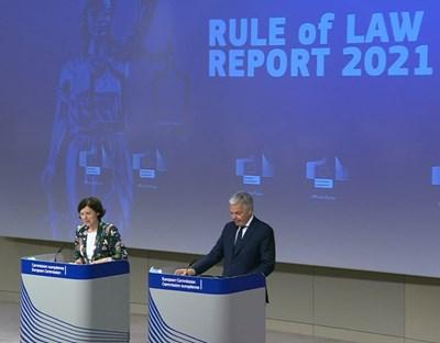 Вера Юрова, вицепрезидент по ценностите и прозрачността на Европейската комисия, и Дидие Рейндърс, еврокомисар по правосъдието, представят Доклада за върховенството на закона за ЕС за 2021 г.