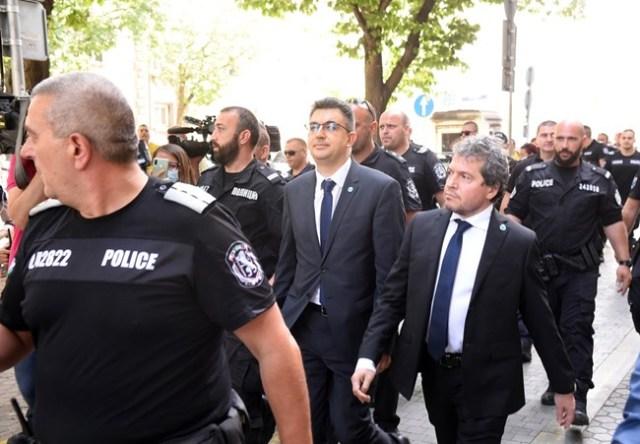 Полицаи трябваше да пазят кандидата за премиер Пламен Николов и Тошко Йорданов от протестиращите по пътя от президентството до парламента.  СНИМКИ: ВЕЛИСЛАВ НИКОЛОВ