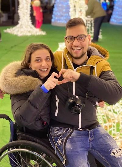 От ромското гето до Париж: Как осиновеният Марин намери сестра си и майка си (Снимки)