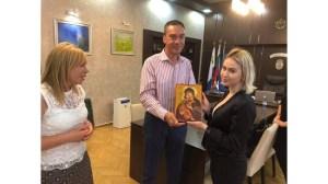Мария Бакалова получи икона на Пресвета Богородица от кмета на Бургас (Обновено + снимка)