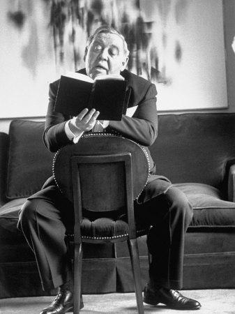 un attore che legge un libro
