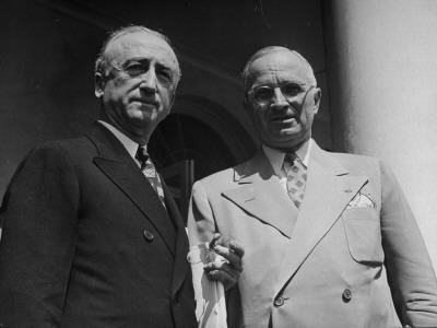 Byrnes, a la izda, con su marioneta, Truman, a la derecha