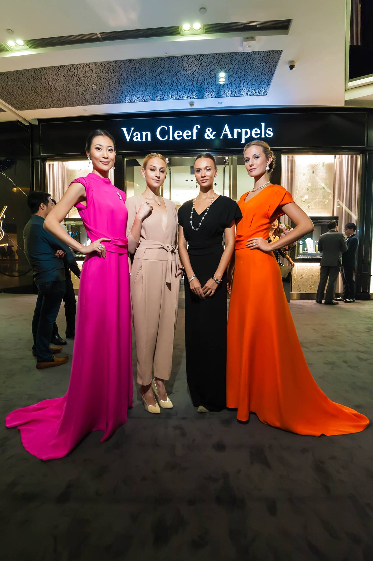 Van Cleef Amp Arpels Opens Boutique At ION Orchard In