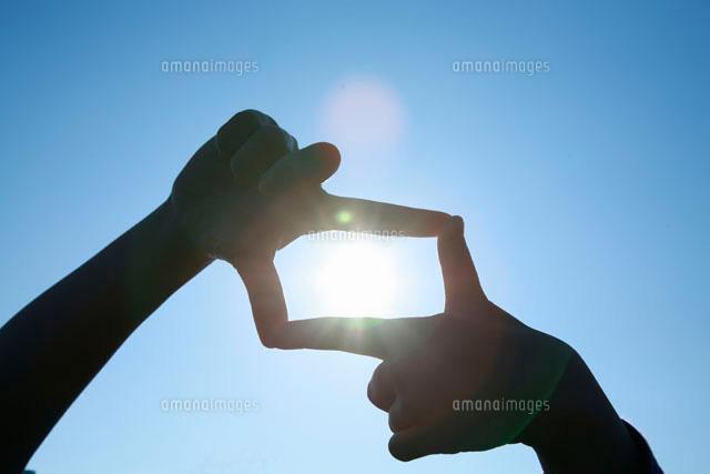 子どもの手と太陽[10138000716]  寫真素材・ストックフォト・畫像・イラスト素材 アマナイメージズ