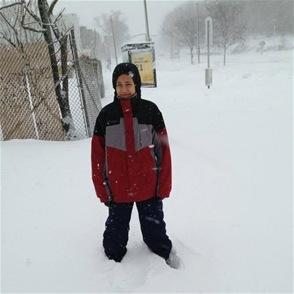 Esta foto recoge los últimos minutos de vida del niño Luis Collado, tomada antes de entrar al carro de su padre, Alberto Collado, para calentarse y protegerse del frío, donde murió asfixiado de monóxido de carbono.