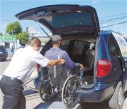 José Ramón Heredia en plena maniobra para dar el servicio de taxis para personas con discapacidad.