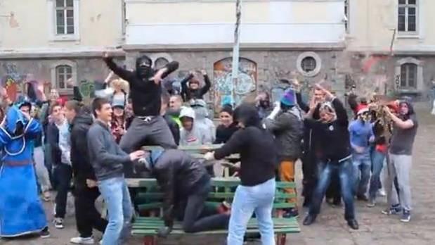 Despiden a maestro búlgaro por bailar Harlem Shake