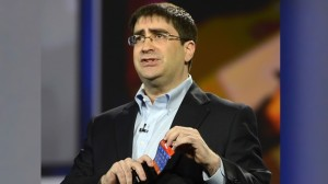 El vicepresidente de la división de pantallas de Samsung, Brian Berkeley, presentó la pantalla flexible este miércoles