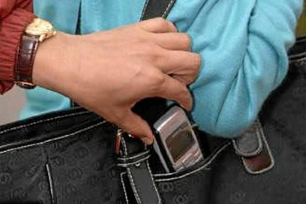 El diario ´Asabah´ revela que el sujeto fue arrestado cuando tenía el teléfono móvil que había robado a uno de los pasajeros y de una arma blanca oculta en su ropa.