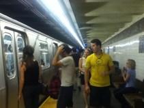 Corriendo en el metro, la regla era que debíamos llegar antes de la media noche al departamento en que nos estábamos quedando