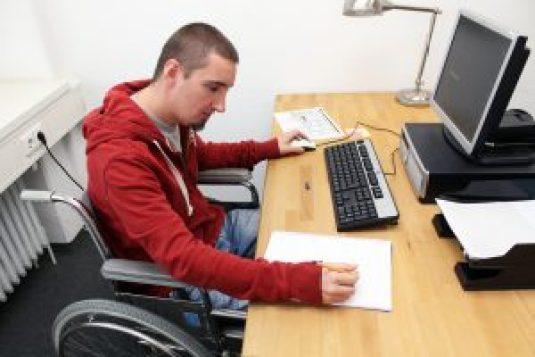 Rollstuhlfahrer am Arbeitsplatz 2