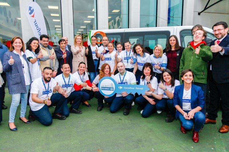 Carrefour dona dos vehículos a Aspanaes para facilitar el transporte de menores con autismo de Ferrol