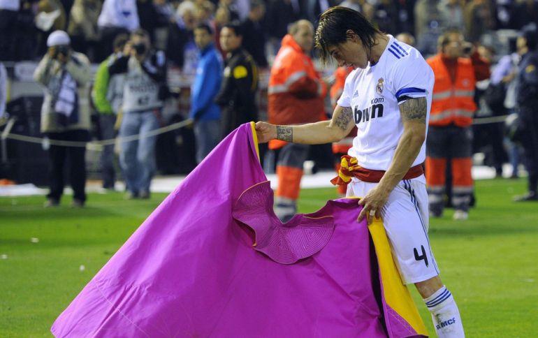 En la foto se ve a un futbolista, del Madrid para más señas (creo que es Sergio Ramos) haciendo un pase con el capote (creo que se dice Verónica). Pues eso, la imagen ideal para el tema que nos ocupa.