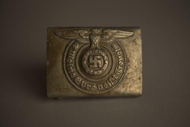 Hebilla metálica de cinturón de las SS nazis, del Museo Estatal de Auschwitz-Birkenau