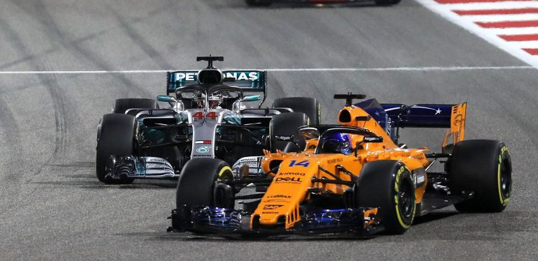 Fernando Alonso defiende su posición frente a Hamilton en las primeras vueltas de la carrera.