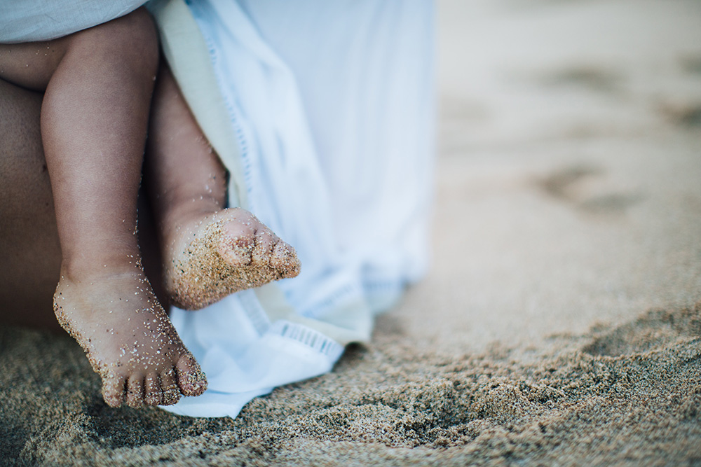 esme with sandy toes during her maui family photography session