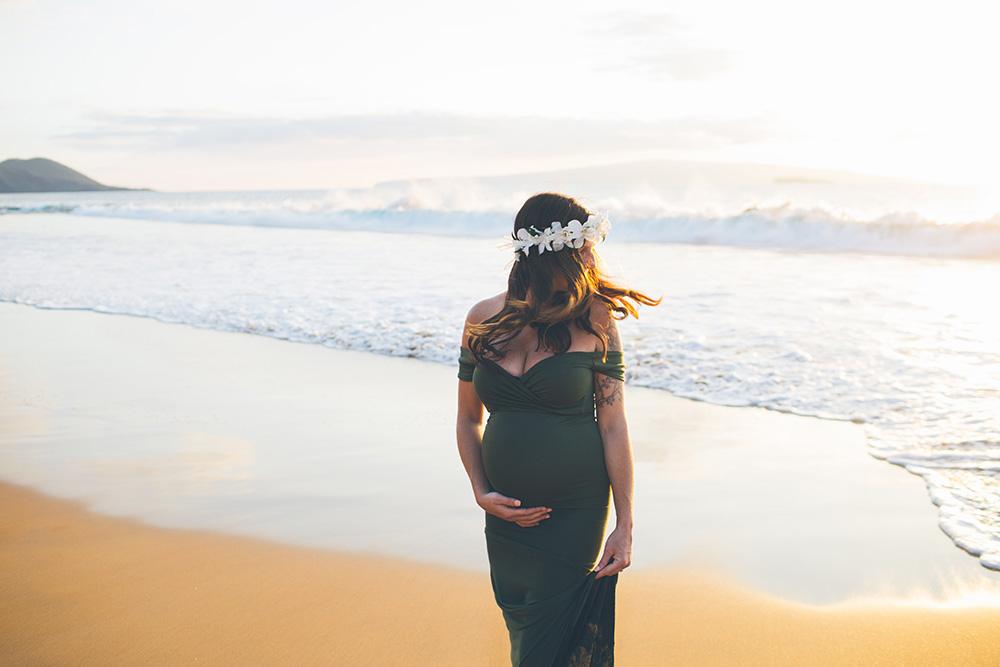 creative maternity photos on Maui.