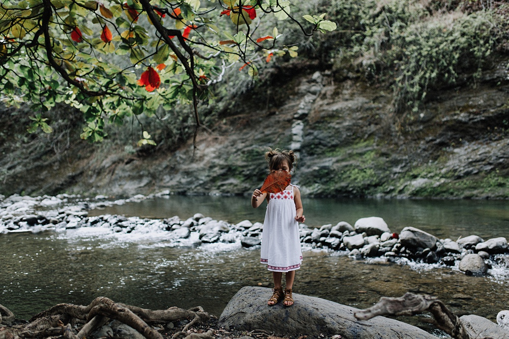 maui photographer visits iao valley in maui, hawaii for family photography with meili autumn.