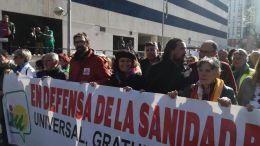 Carmen Álvarez, junto al coordinador provincial y miembros de IU Cádiz, en la manifestación de la Marea Blanca en enero