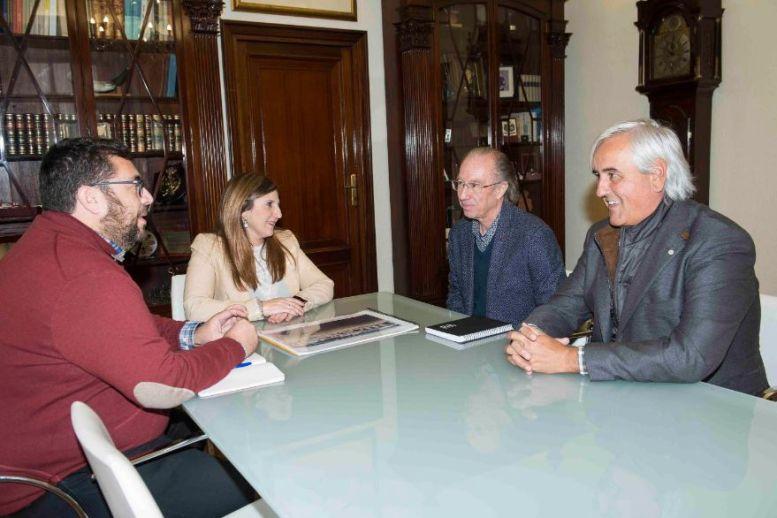 Irene García y Jaime Armario con representantes de Grupo Q
