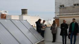 Mario Fernández comprueba la instalación de placas solares