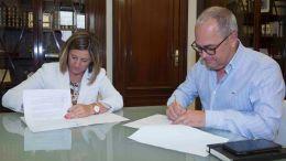 Irene Garcia firma el convenio con Nicolas Fernandez