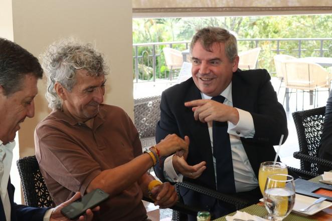 Manuel Vizcaíno y 'Mágico' González en la última visita a Cádiz del salvadoreño