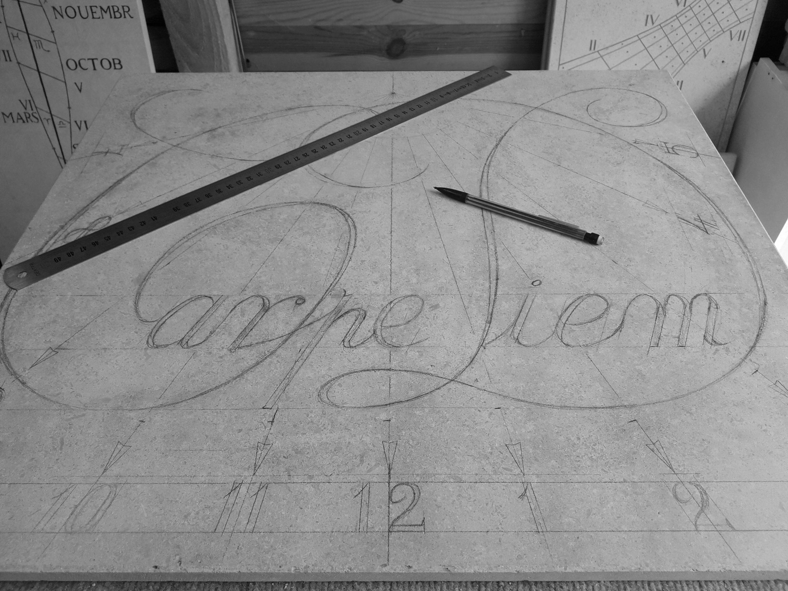 Tracé d'un cadran solaire en pierre avec une calligraphie de carpe diem