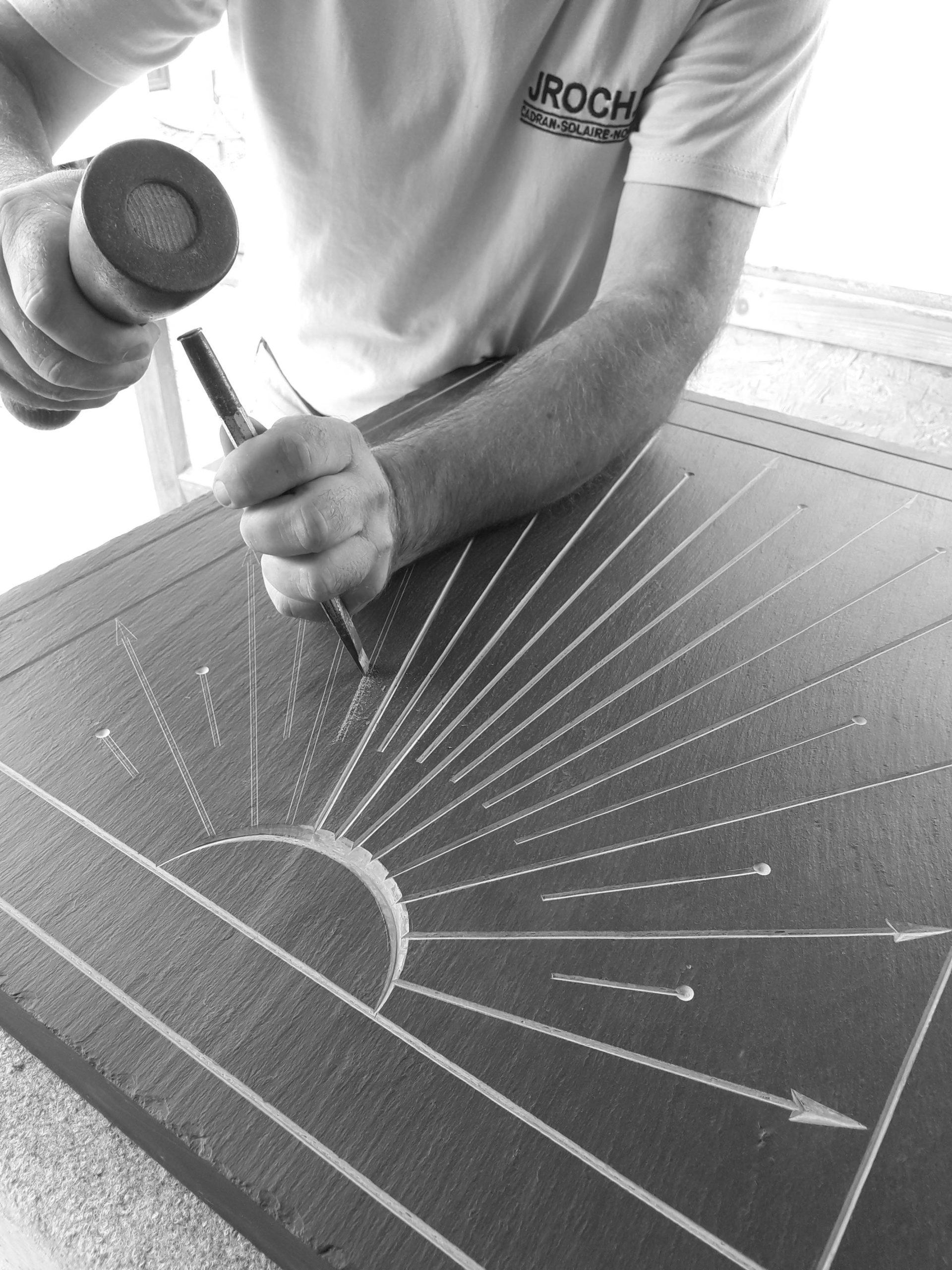 Gravure des heures d'un cadran solaire en pierre d'ardoise