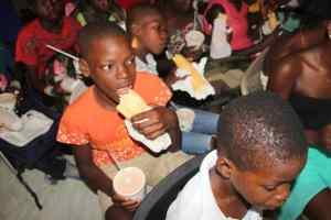 Repas distribué après la remise des effets scolaires
