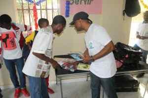 Séance de distribtion d'articles scolaires aux jeunes du CAEJ - Haïti