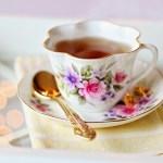 紅茶を飲むときソーサーは持つのか、持たないのか・・・