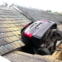 Akibat Lupa Tarik Rem Tangan, Mobil Ini Nangkring Di Atap Rumah...kok bisa..???
