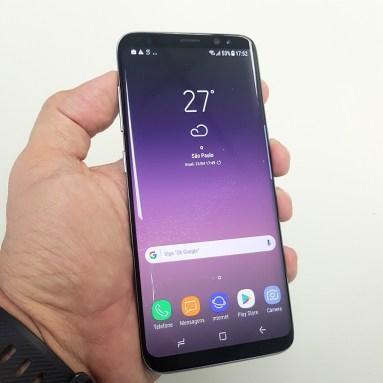 E mesmo com a tela grande, o Galaxy S8 tem ótima ergonomia. Repare nos botões virtuais na parte de baixo: eles só aparecem quando necessário, dando mais espaço para o conteúdo.