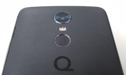 Sensor de impressão digital (entre a câmera e a logomarca)