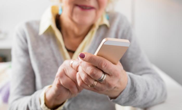 Curso gratuito da TIM e Motorola vai ajudar idosos a usarem o smartphone
